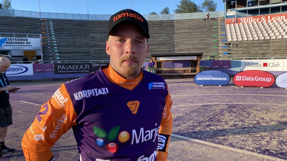 Sotkamon Jymyn Joni Rytkönen on iloinen joukkueensa esityksestä miesten Superpesiksen sarja-avauksessa.