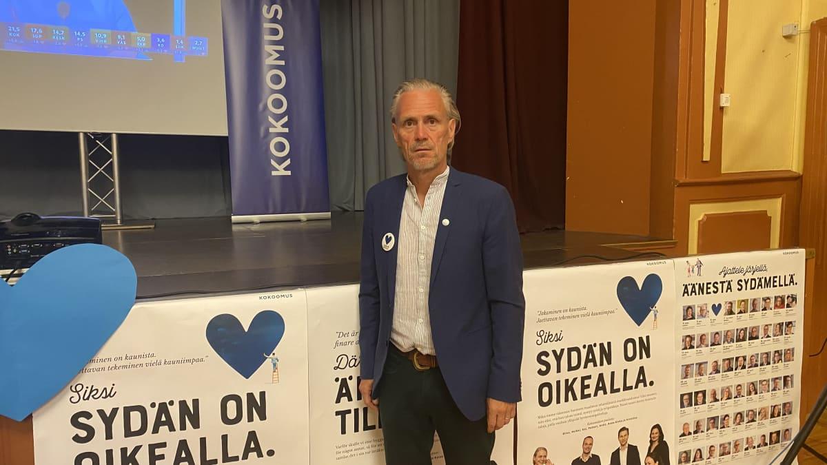 Jouko Rauhala (kok.) Kotkan Kokoomuksen vaalivalvojaisissa Kotkan VPK:lla.