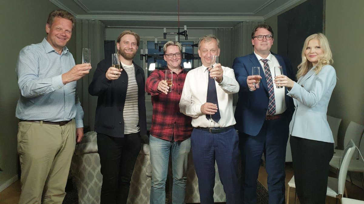 Liike Nyt kilistelee vaalivalvojaisissa kolmea edustajaansa Helsingin valtuustossa.