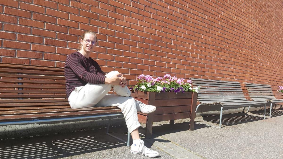 Kokoomuksen valtuutettu Niilo Hendolin Lappeenrannan teknillisen yliopiston edessä.