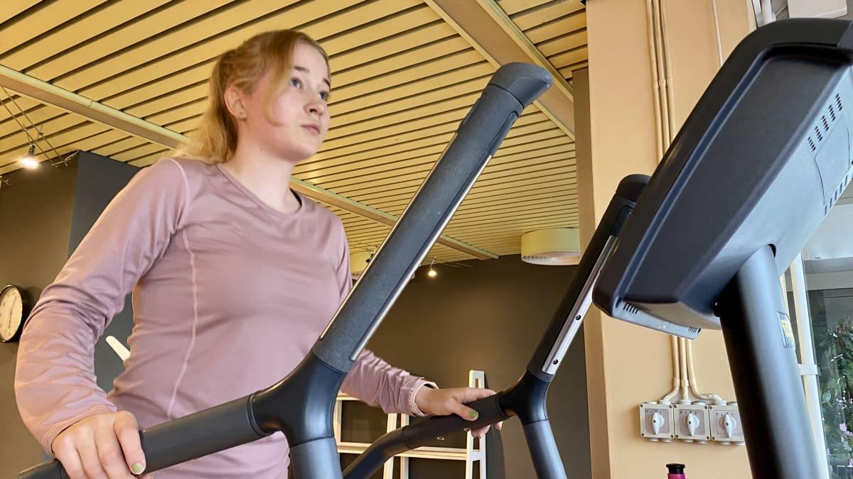 Kajaanilainen Sara Komulainen haluaa kotikaupunkinsa lukioon. Hän kommentoi hakuaan kuntosalilla.