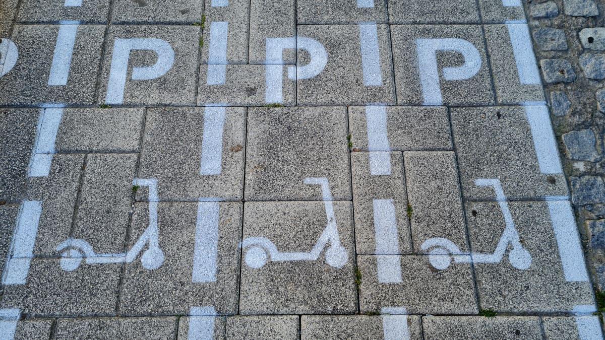 Sähköpotkulaudoille tarkoitettu parkkialue Turussa: pysäköintipaikat maalattuna katuun.