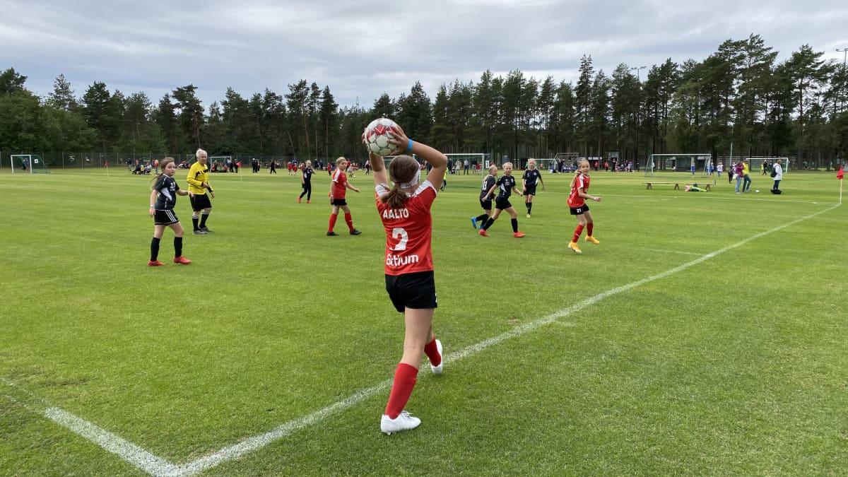 Kuvassa on nuorten jalkapalloturnaus menossa Kokkola Cupissa.