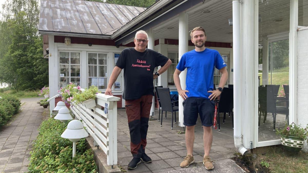 Yrittäjä Jarmo Vuorinen ja ravintolapäällikkö Juuso Kakkonen Ravintola Poijun terassilla.