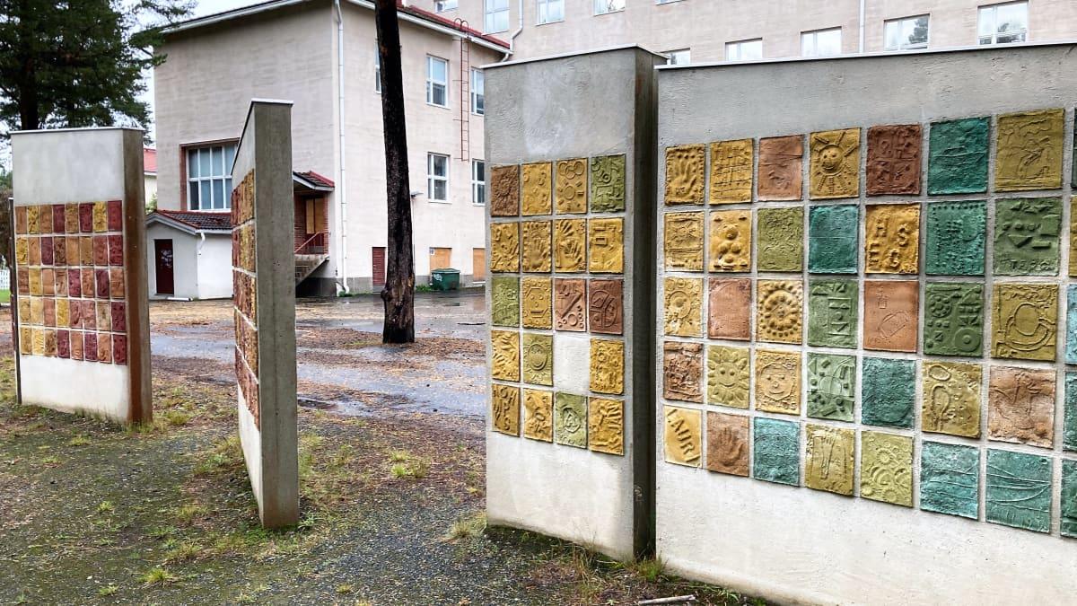 Kuvassa osa taitelija Sanna Koiviston yhdessä oppilaiden kanssa tekemää  Taituli-Arpeeti -taideteosta.