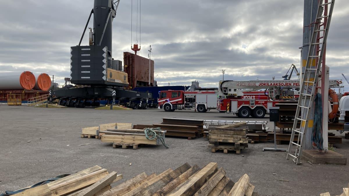 Raahen Lapaluodon satamassa rahtialuksen ruumassa syttyi tulipalo