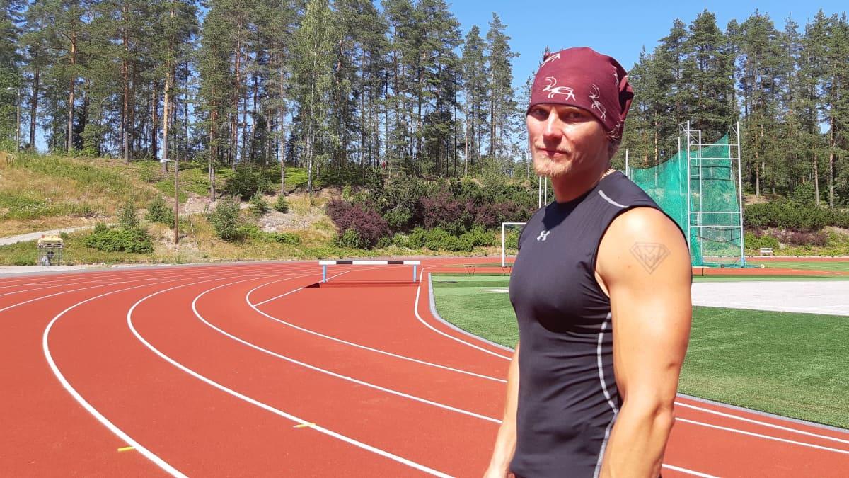 Yleisurheiluvalmentaja Matti Mononen juoksi 400 metriä seipään kanssa alle minuuttiin