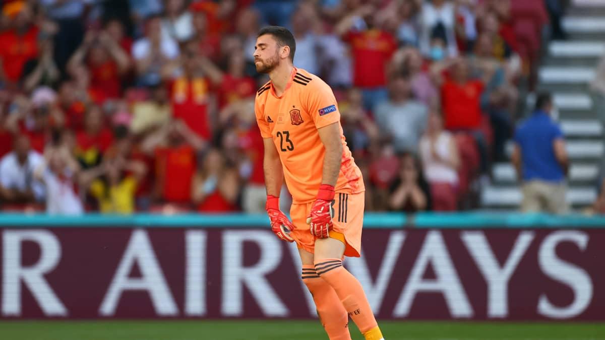 Karmea moka! Espanjan maalivahti imuroi oman pelaajan syötön maaliin