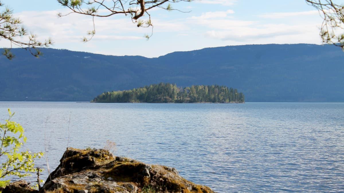 kuvassa on Utöyan saari, vastarannalta katsottuna.