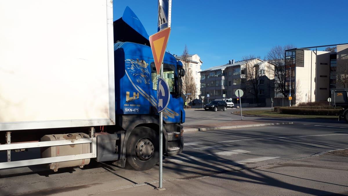 Kuorma-auto kiertoliittymässä suojatien edessä