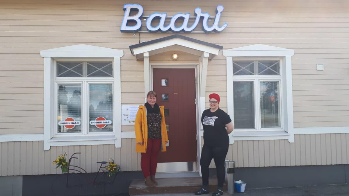 Yrittäjät Tiia Nikupeteri ja Teija-Liisa Paananen seisovat Unionin baarin ovella
