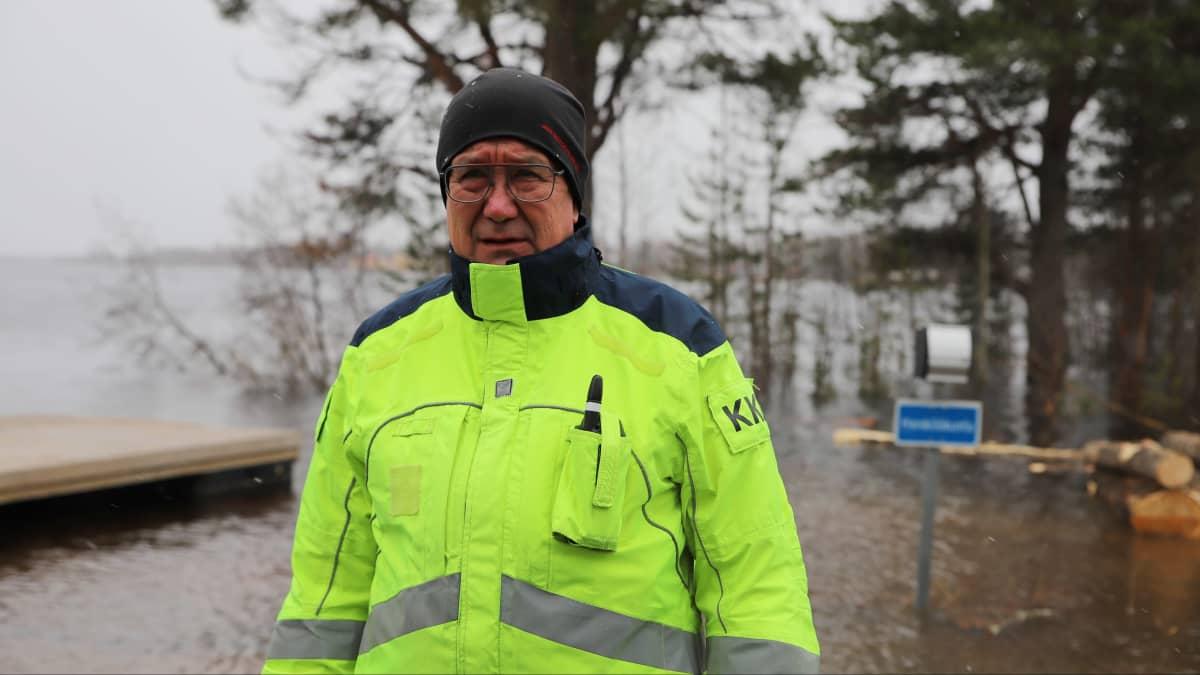Palotarkastaja Kari Kuosmanen seisoo tulvivan Ounasjoen äärellä