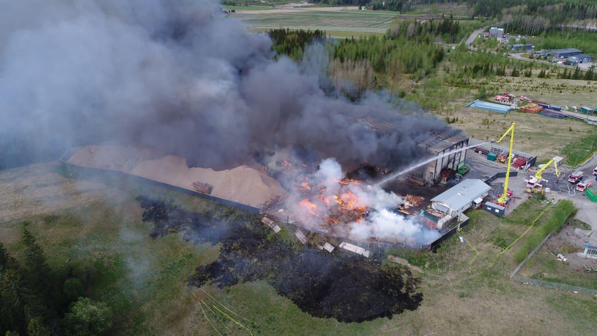 Ilmakuva Purkupiha Oy:n tulipalosta Lahden Jokimaalla 28.5.2020.
