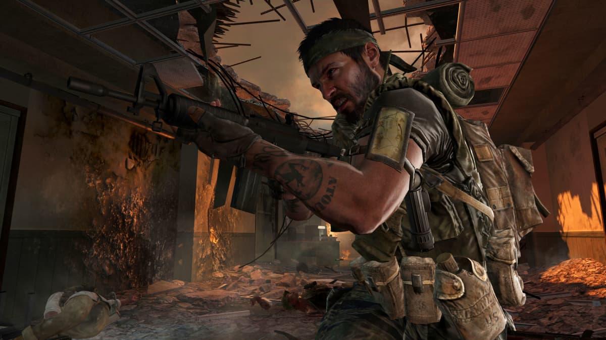Taistelija kivääreineen videopelissä raunioiden keskellä.