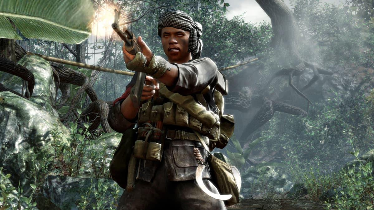 Taistelija aseineen viidakossa.