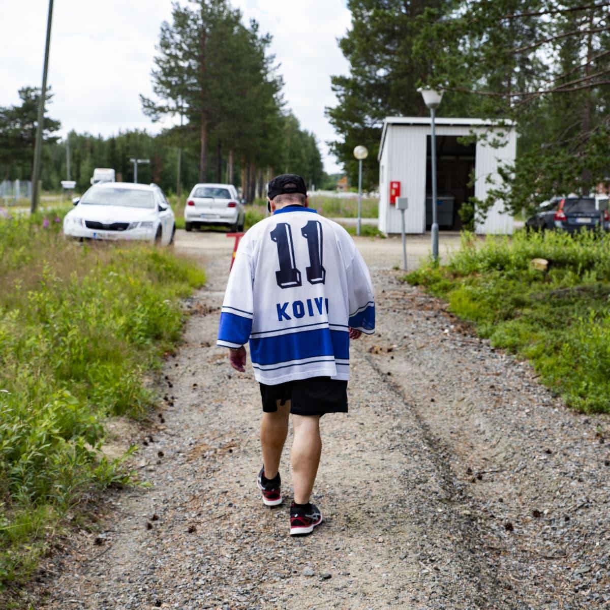 Ilkka Koskikara kävelee pois kotoaan.