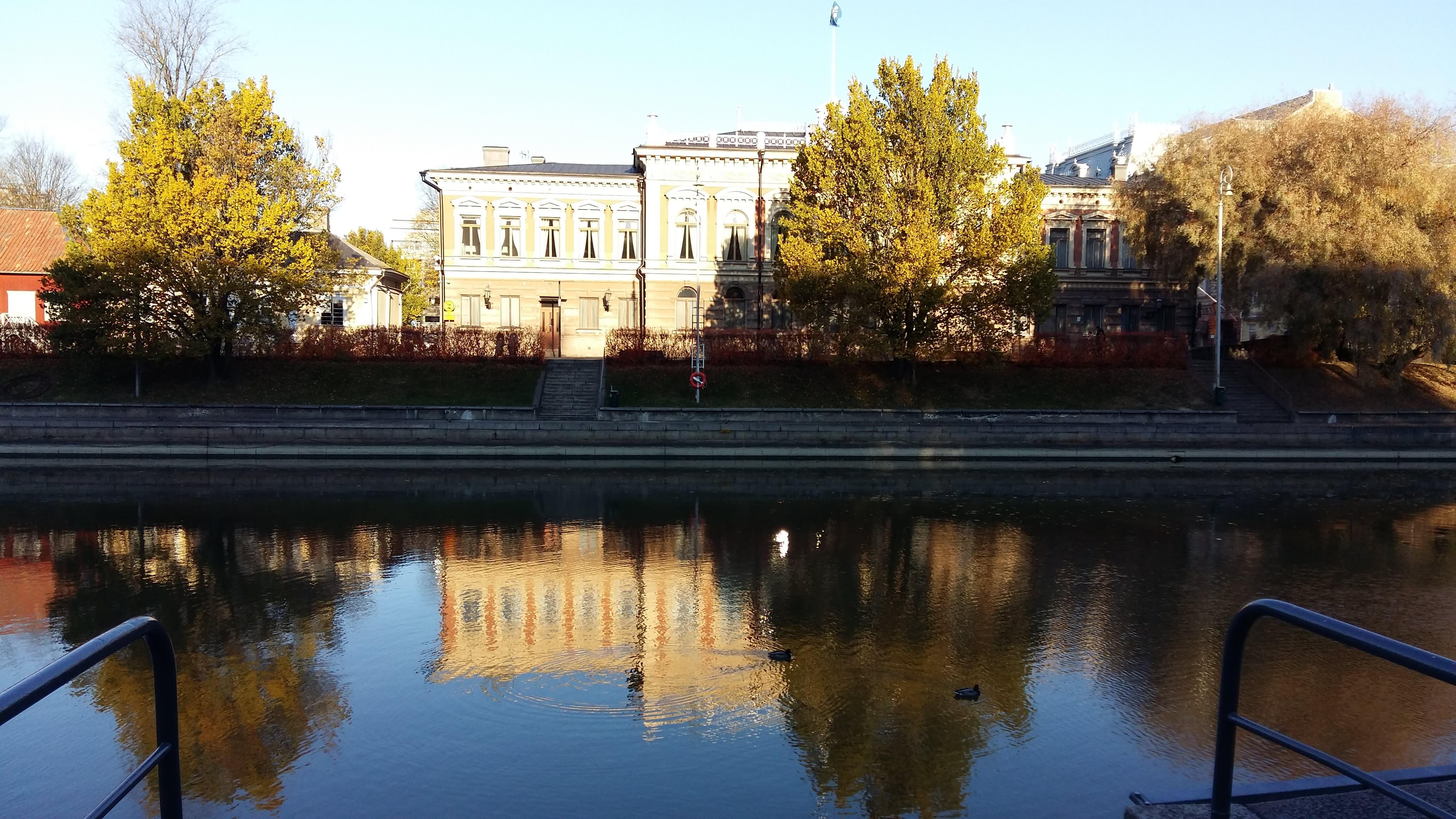 Turun kaupungintalo heijastuu Aurajokeen.