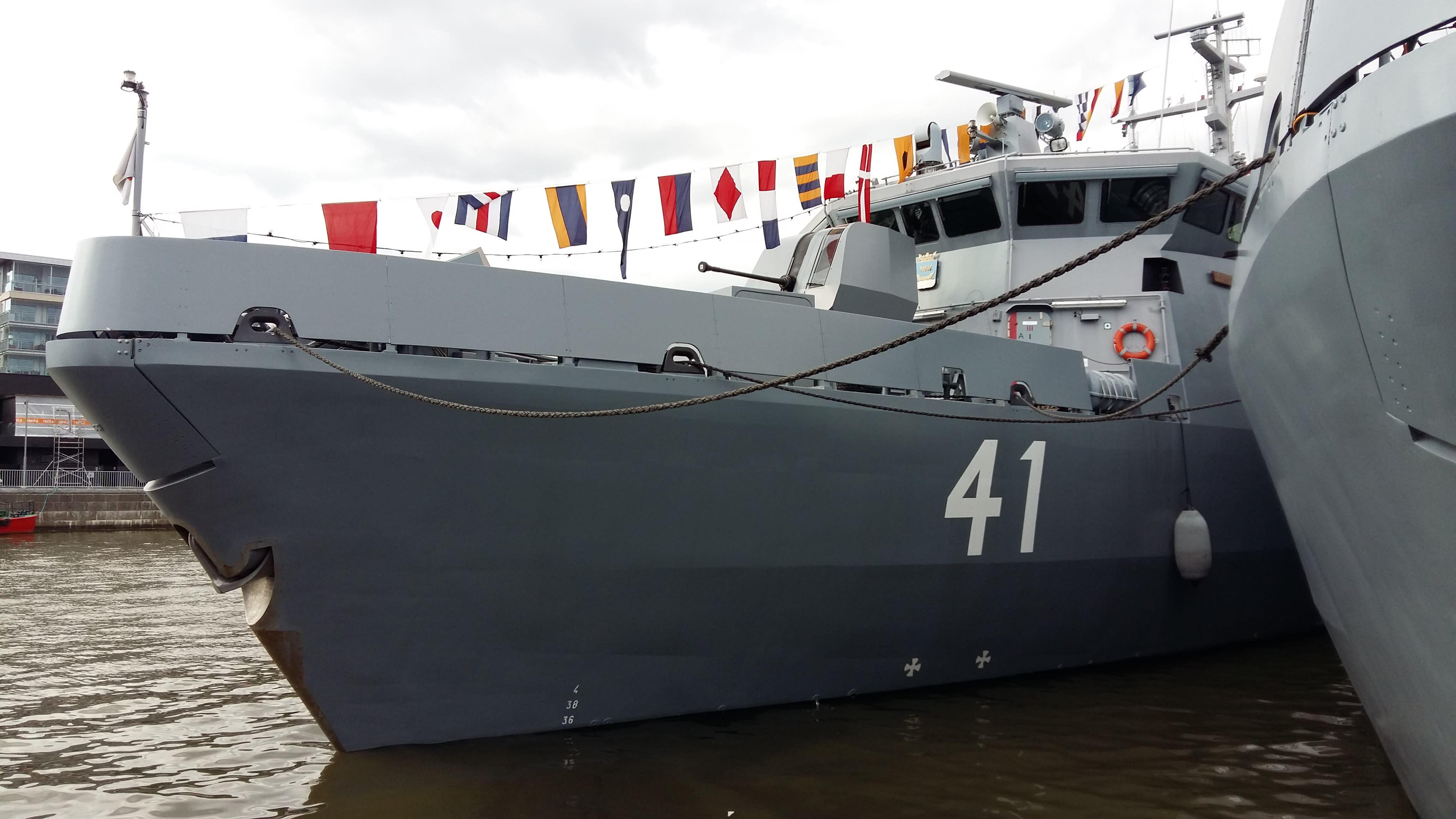 Miinantorjunta-alus Purunpää Aurajoen varressa.