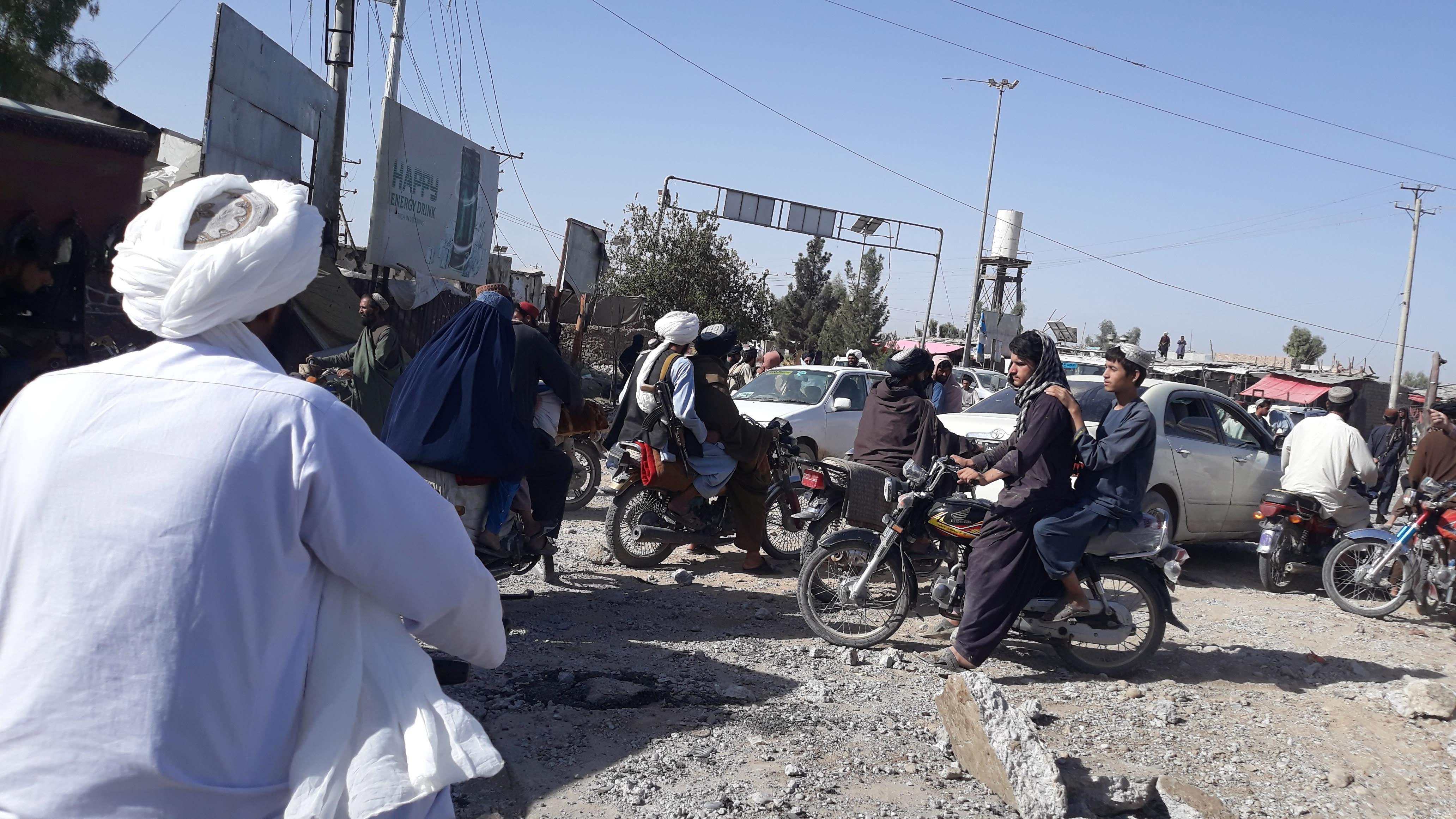 Taliban-taistelijat kerääntyvät otettuaan haltuunsa Lashkar Gahin.