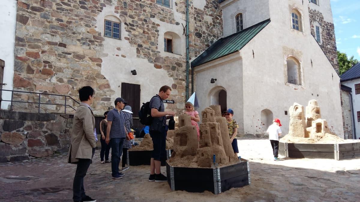 Hiekkalinnoja Turun linnan edessä.