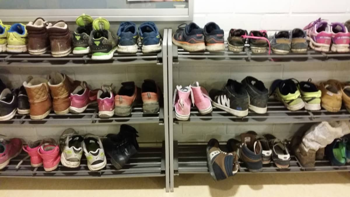 Kenkähylly koulun aulassa