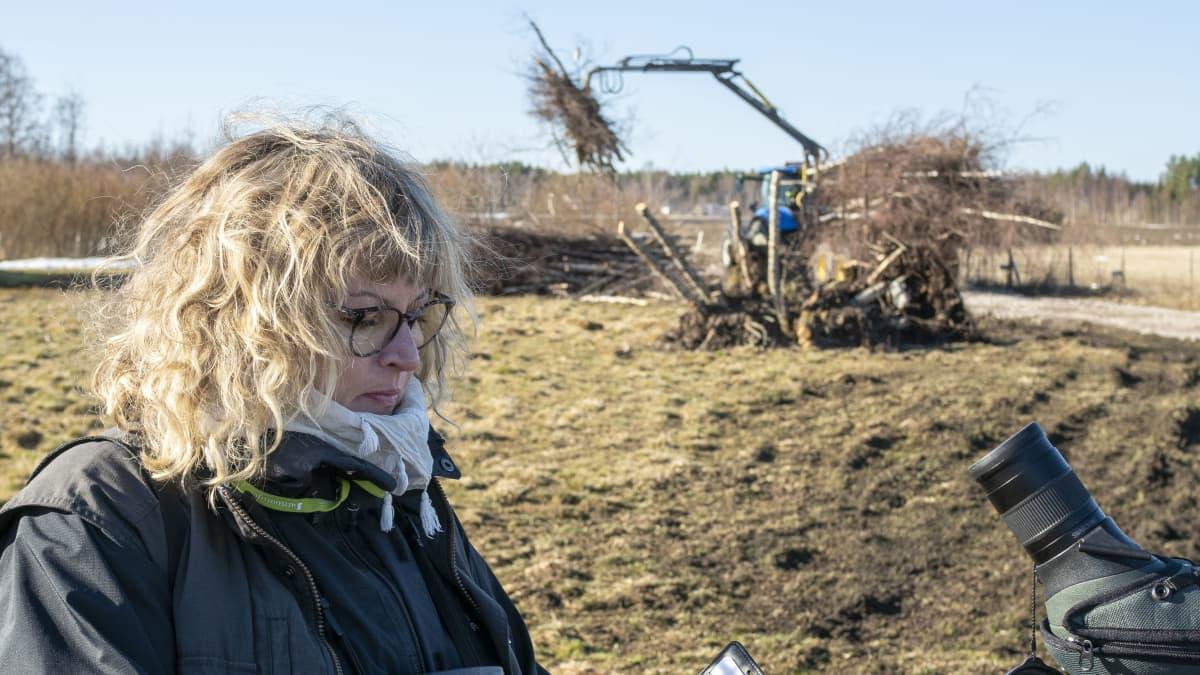 Limingan luontokeskuksen hoitaja Ulla Matturi rakenteilla olevan uuden luontopolun edessä.