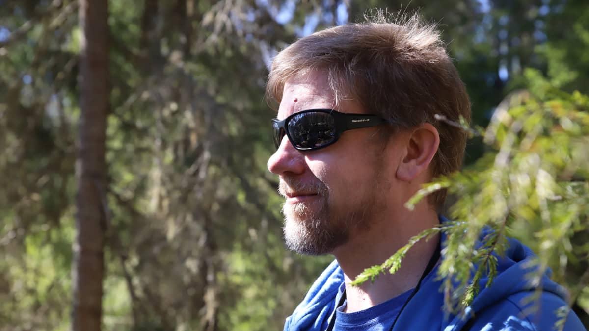 Biologi John Lohr Evon tutkimusmetsässä huhtikuussa 2020.