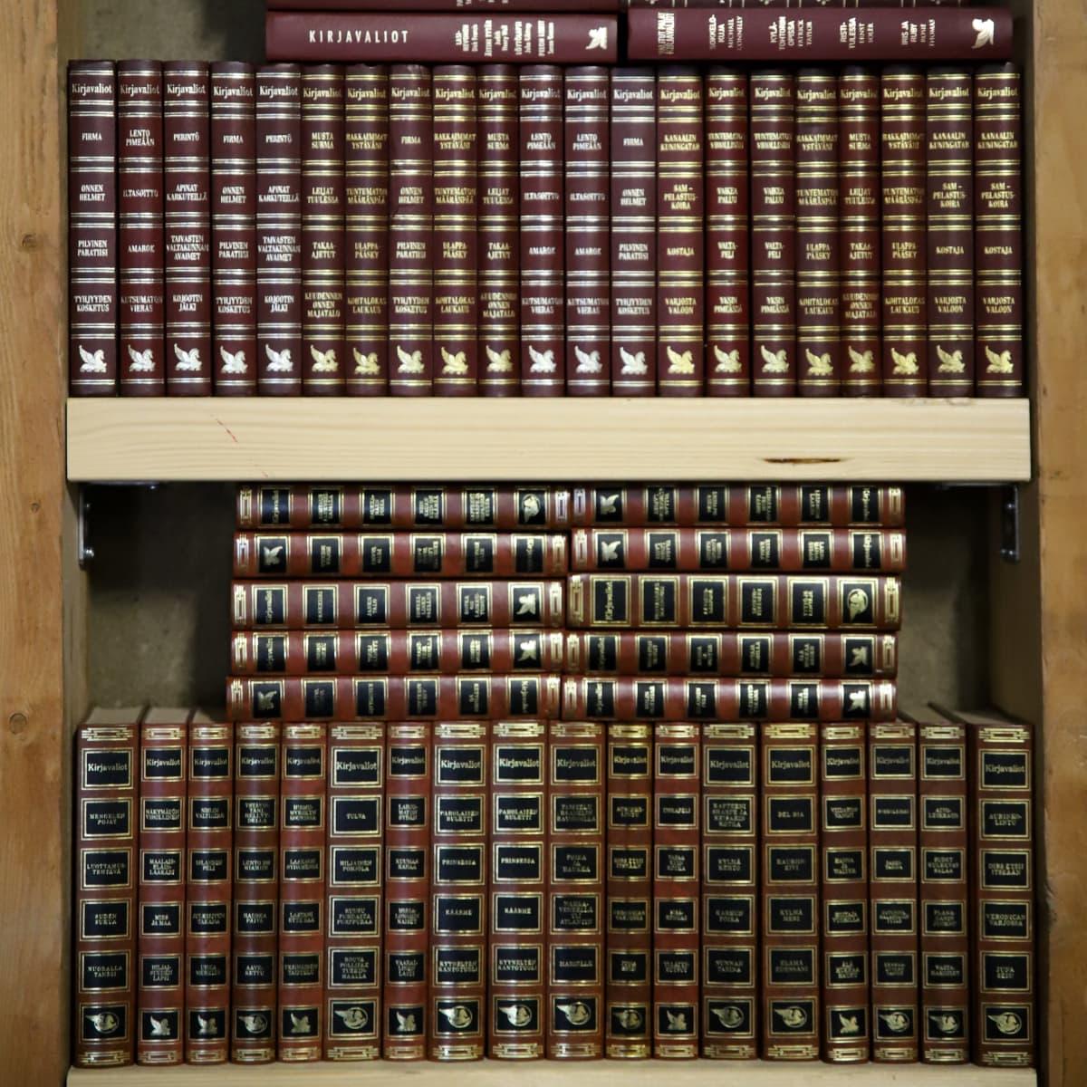 Kymmeniä Valittujen palojen kirjoja hyllyssä