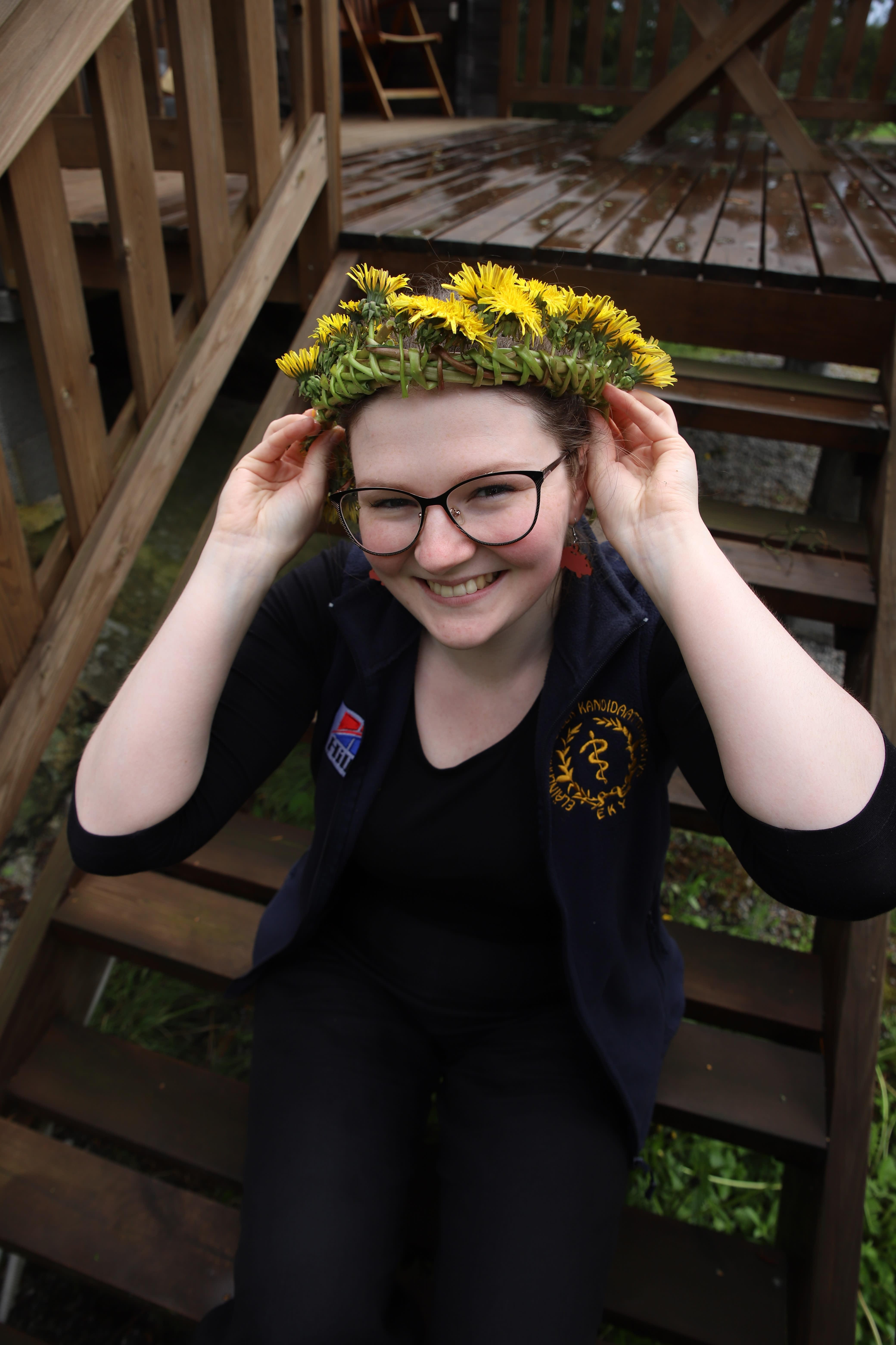 Nuori nainen kukkaseppele päässä