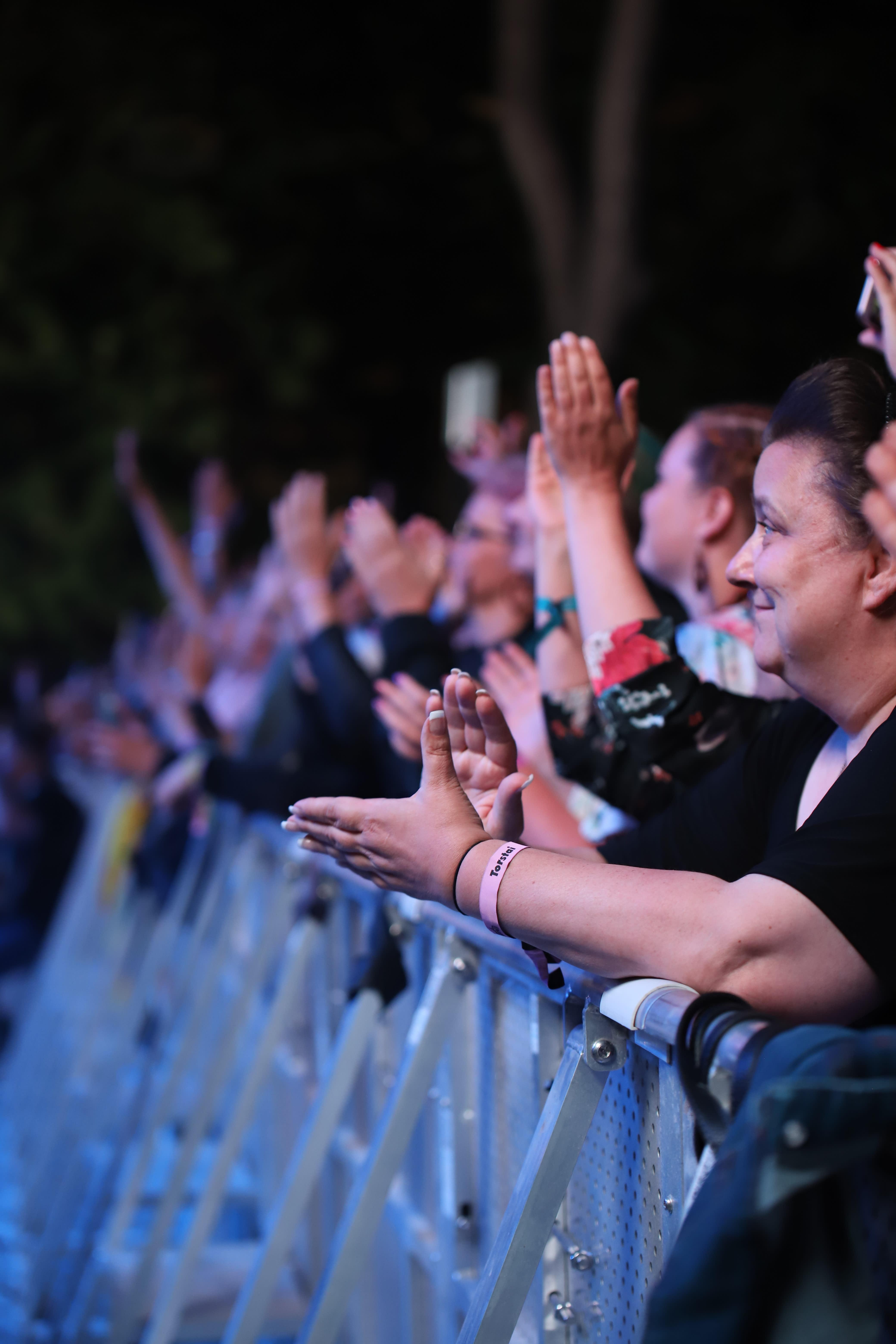 Ihmisiä festivaaleilla katsomassa esiintyjää