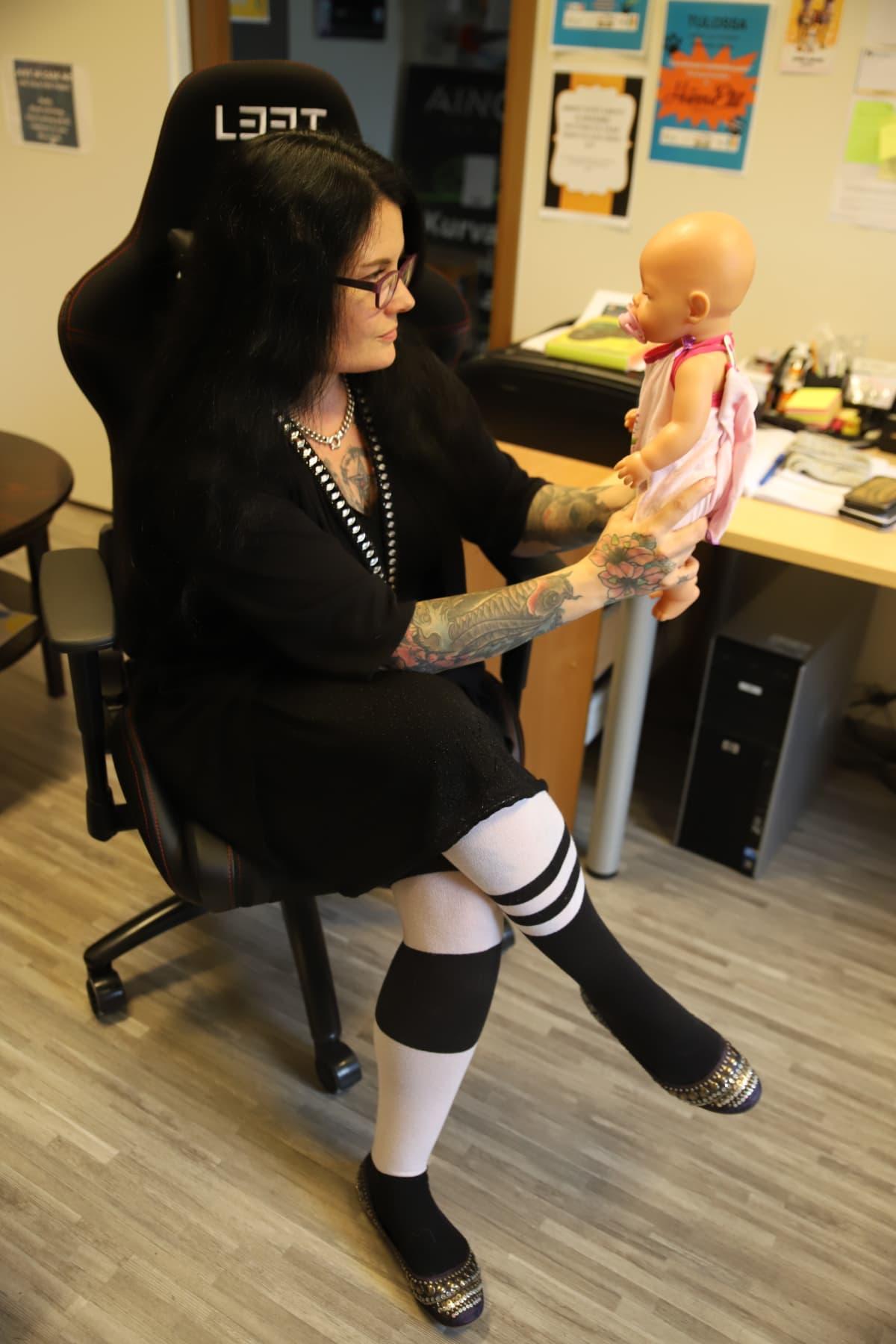 Tuire Vanhakartano pitelee vauvanukkea.
