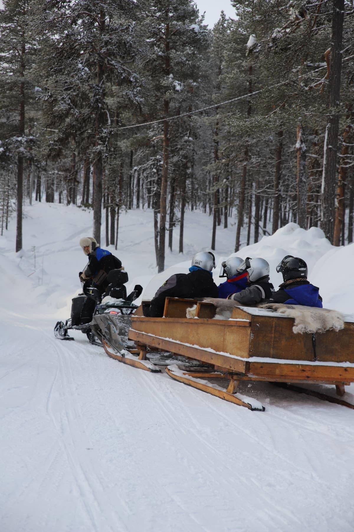Presidentti Sauli Niinistö lähdössä tunturimatkalle Lemmenjoen kansallispuistoon.