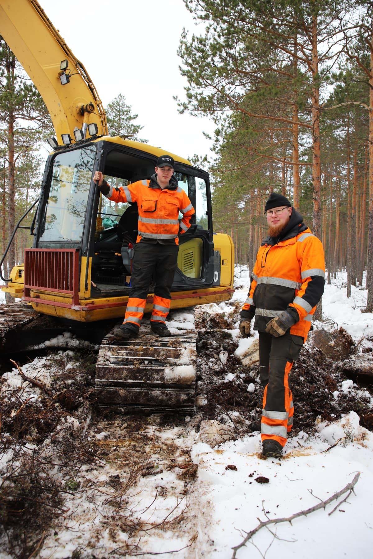 Kaivinkoneyrittäjä Arttu Hongisto ja hänen veljensä Jaakko Hongisto Munasuolla Pyhtäällä.