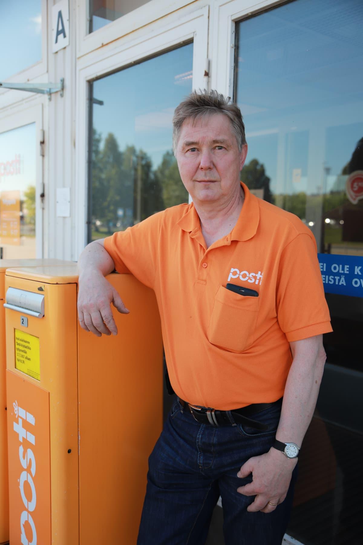 Rovaniemellä työskentelevä Jyrki Sutinen on ehtinyt ajaa myös Suomen pisintä postinjakelureittiä, joka ulottuu Muoniosta Kilpisjärvelle. 400 kilometrin aikana joenvarret muuttuvat puuttomaksi tunturimaisemaksi.