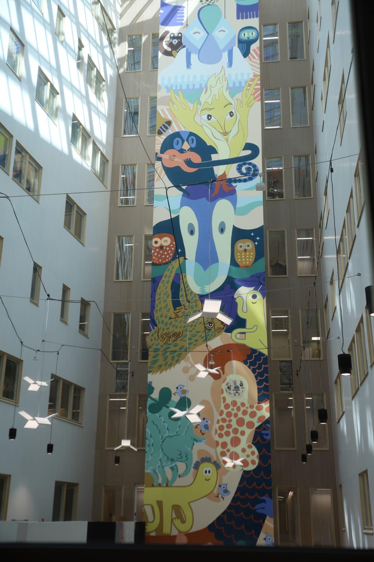 Valtava taideteos, seinämuraali, sairaalan aulassa