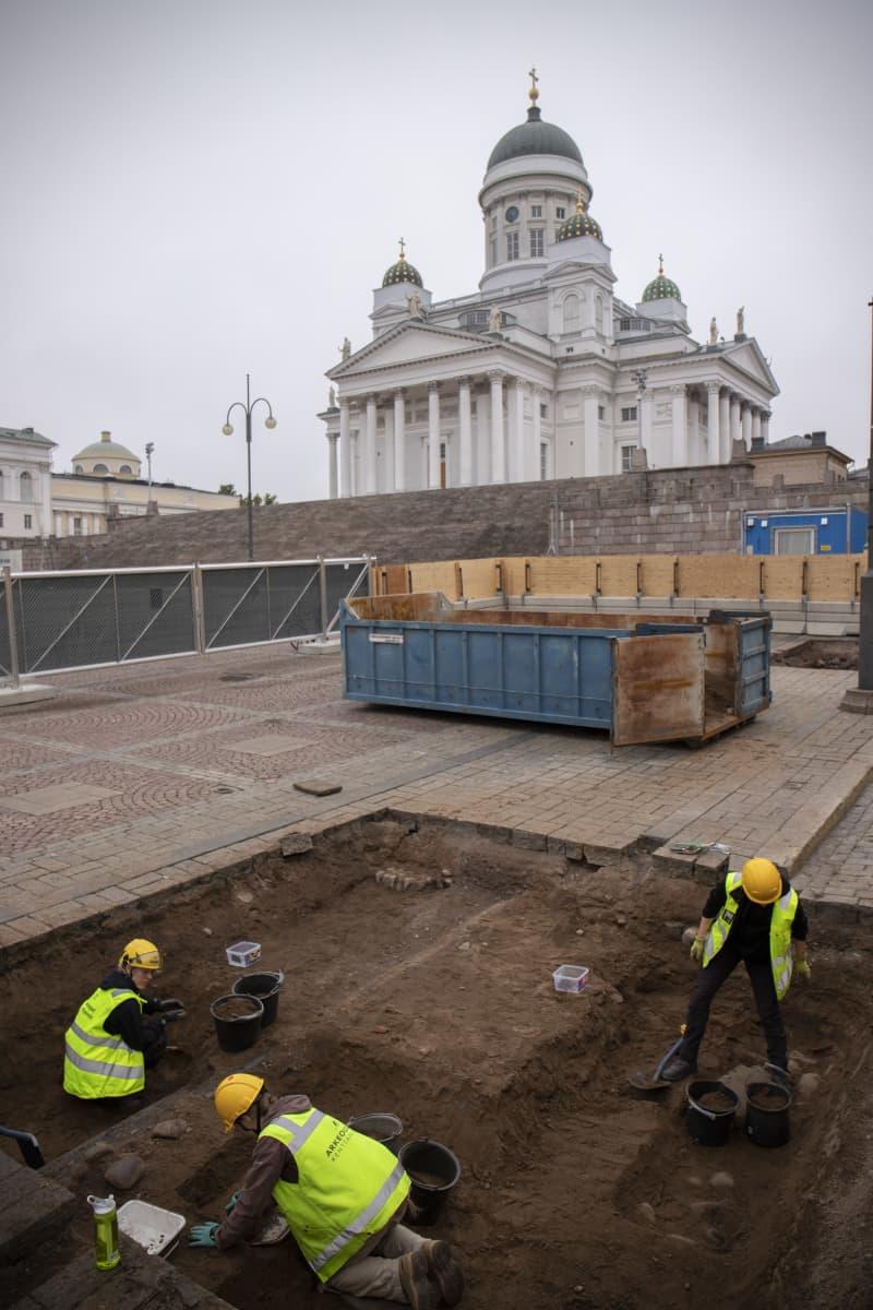 Senaatintorin arkeologiset kaivaukset meneillään.
