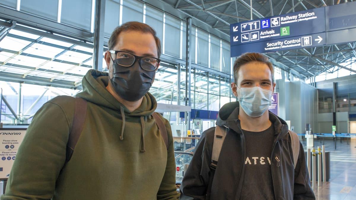 Dmitrii Spazhev ja Nikolai Lebedev lähtevät matkalle ensimmäistä kertaa pandemian aikana, koska ovat nyt saaneet kaksi rokotetta. Helsingissä asuvat venäläismiehet suuntaavat Prahaan maistelemaan tshekkiläisiä oluita ja katselemaan linnoja. Matkaa varten heillä on todistus kahdesta rokotteesta.