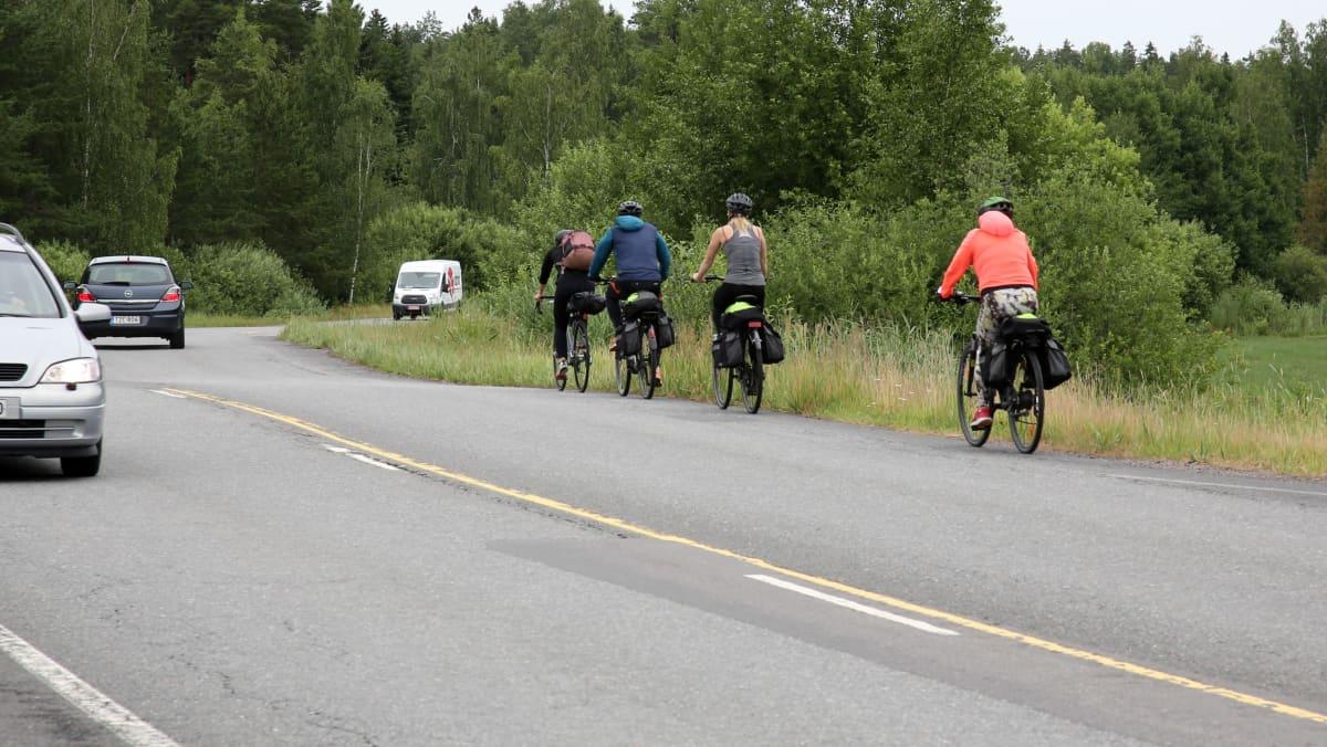 Pyöräilijöitä Saariston rengastiellä.