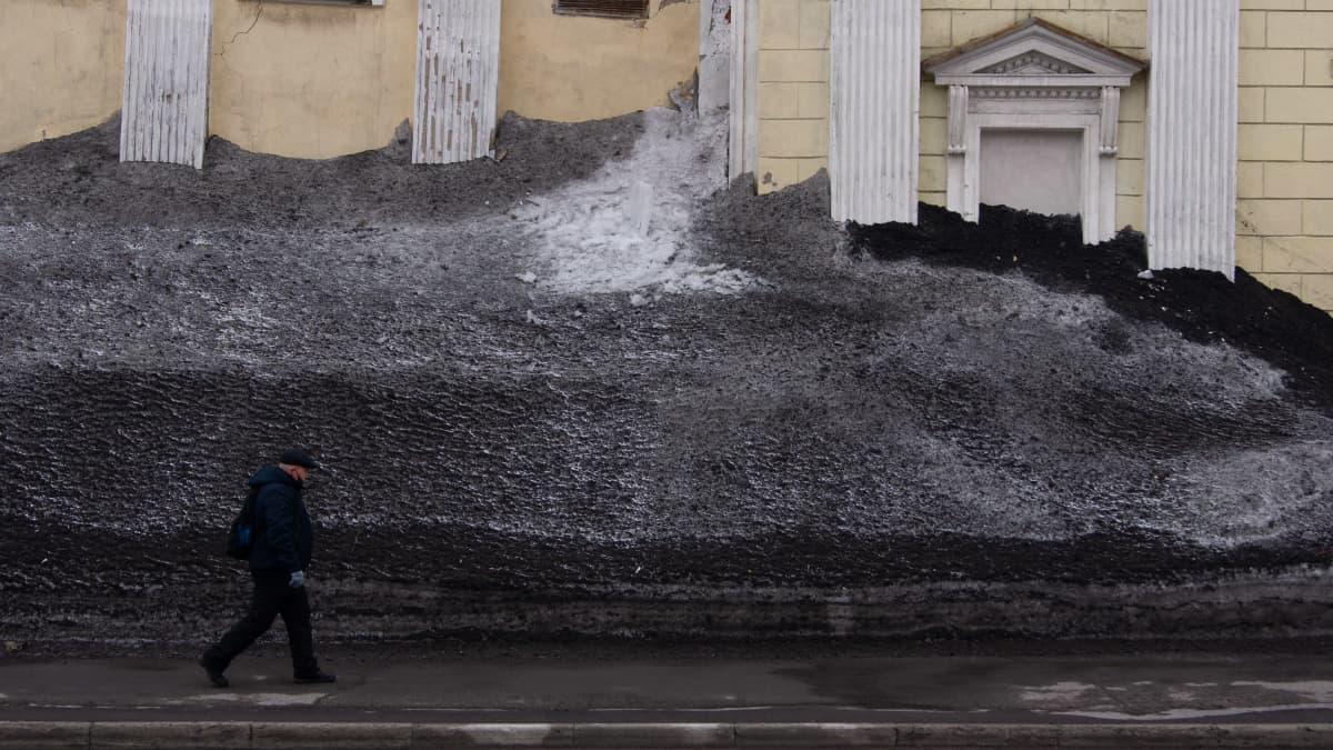 Mies kävelee Vorkutassa toukokuun alussa.