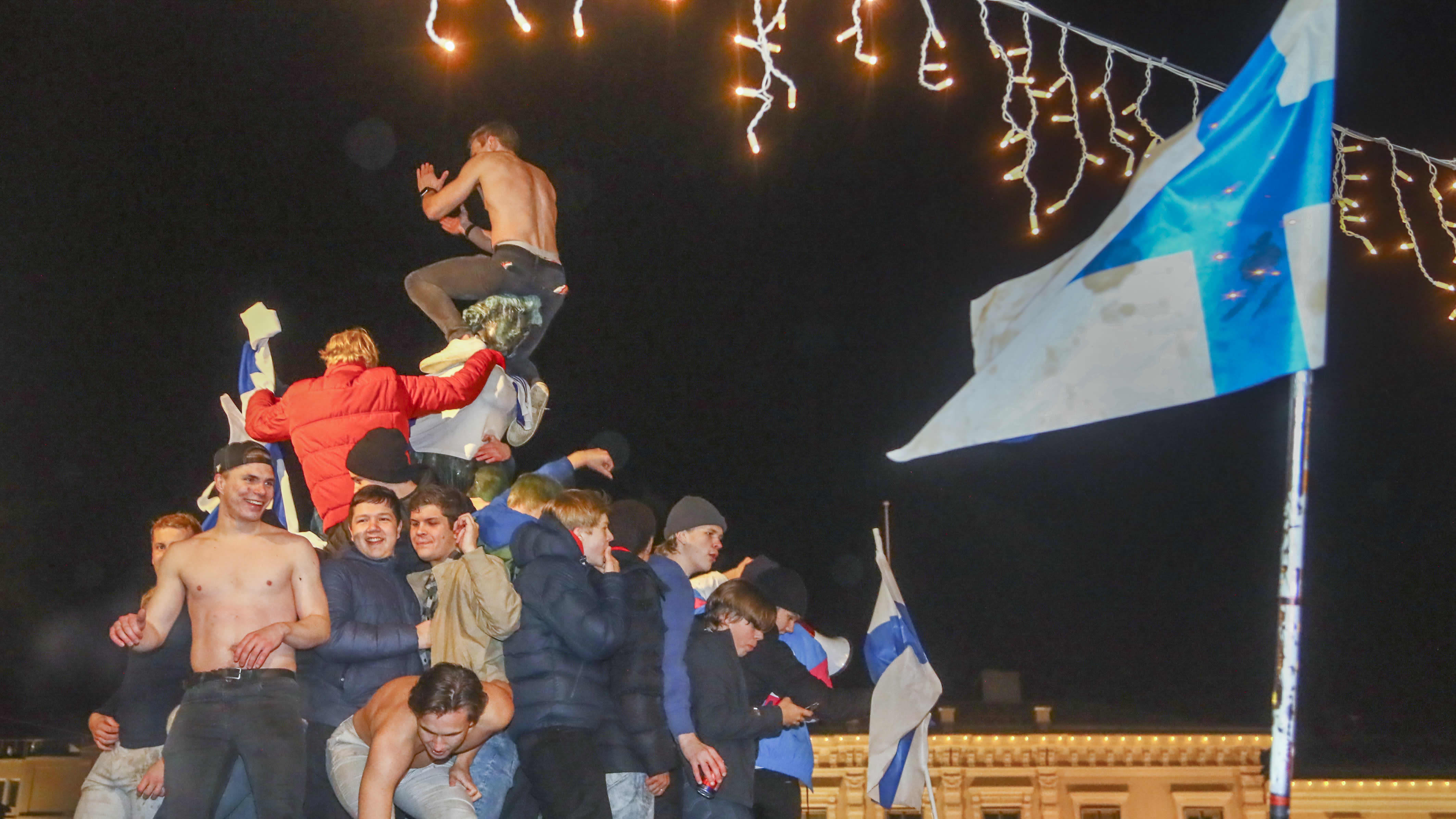 Jalkapallofanit sekoavat Suomen EM-kisapaikan ratkettua.