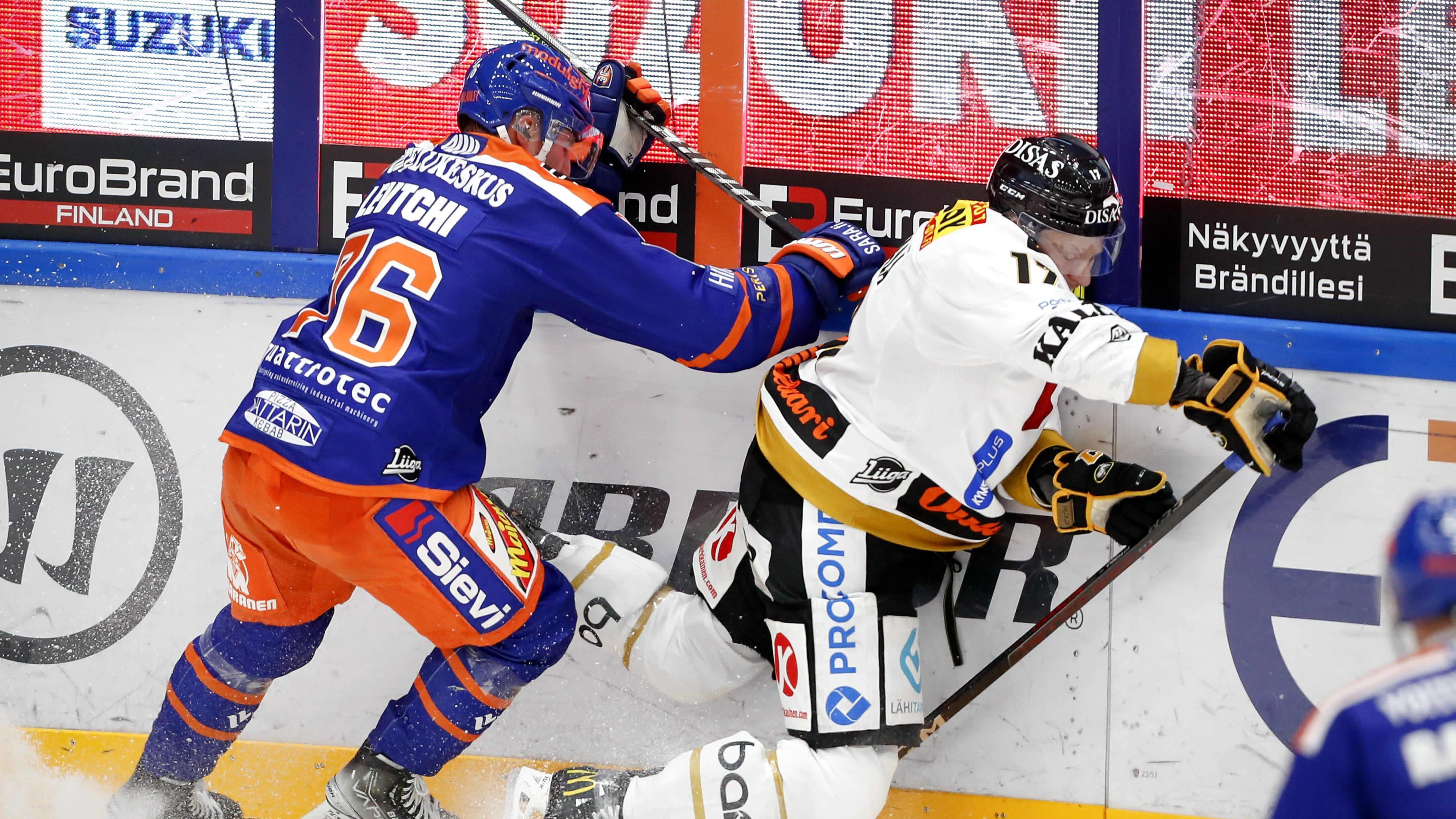 Tapparan Anton Levtchi taklaa Kärppien Mika Pyörälää.
