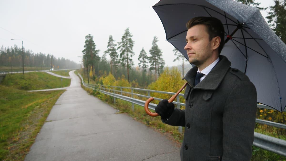 Vihdin kunnanjohtaja Erkki Eerola valtatien numero 25 varrella Nummelan kohdalla.