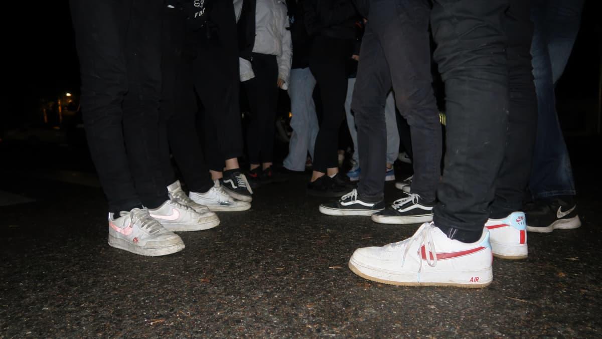 Nuorisojoukko koulun pihalla, kenkiä.