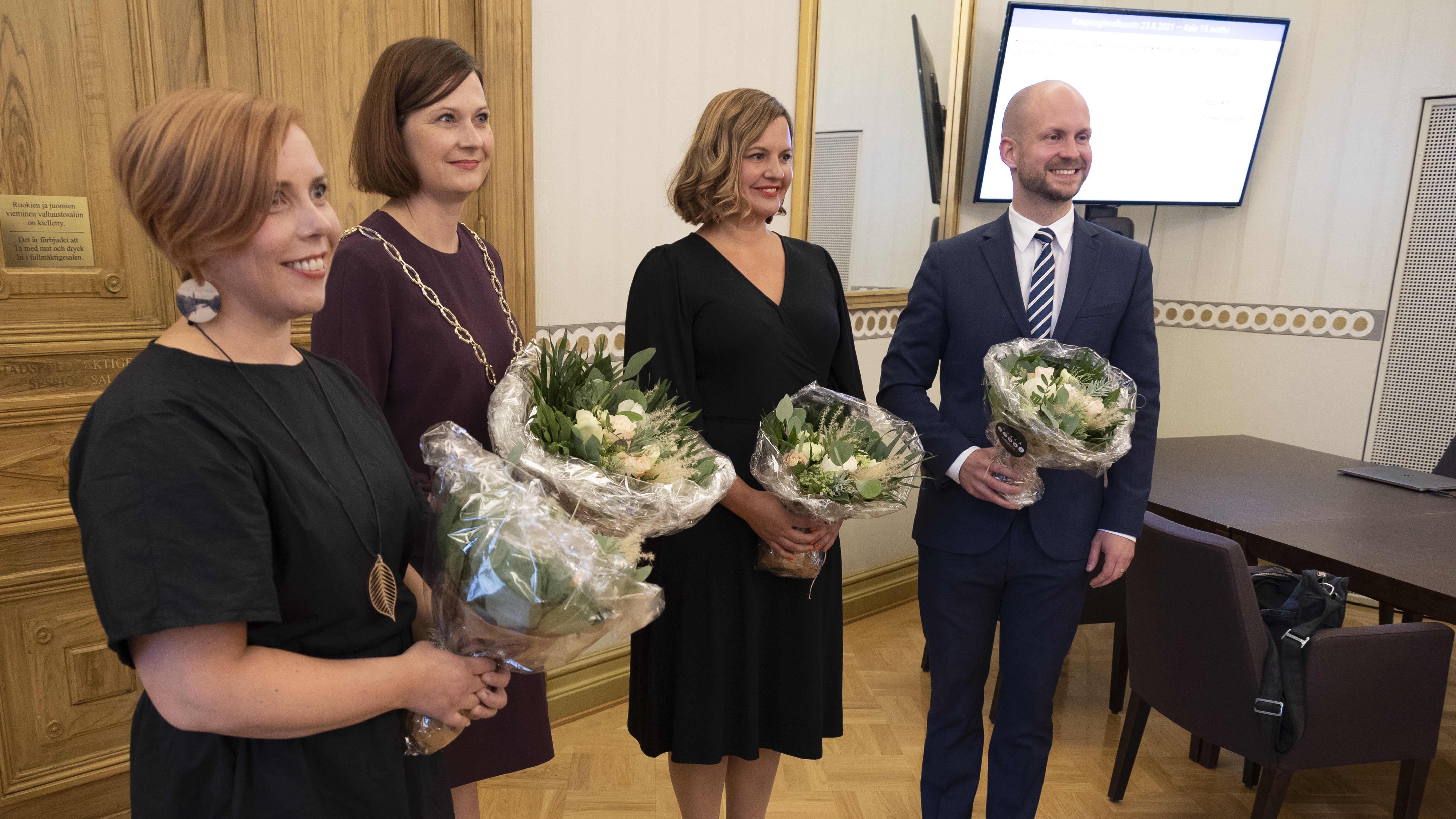 Turun pormestari ja varapormestarit yhteiskuvassa valinnan jälkeen.