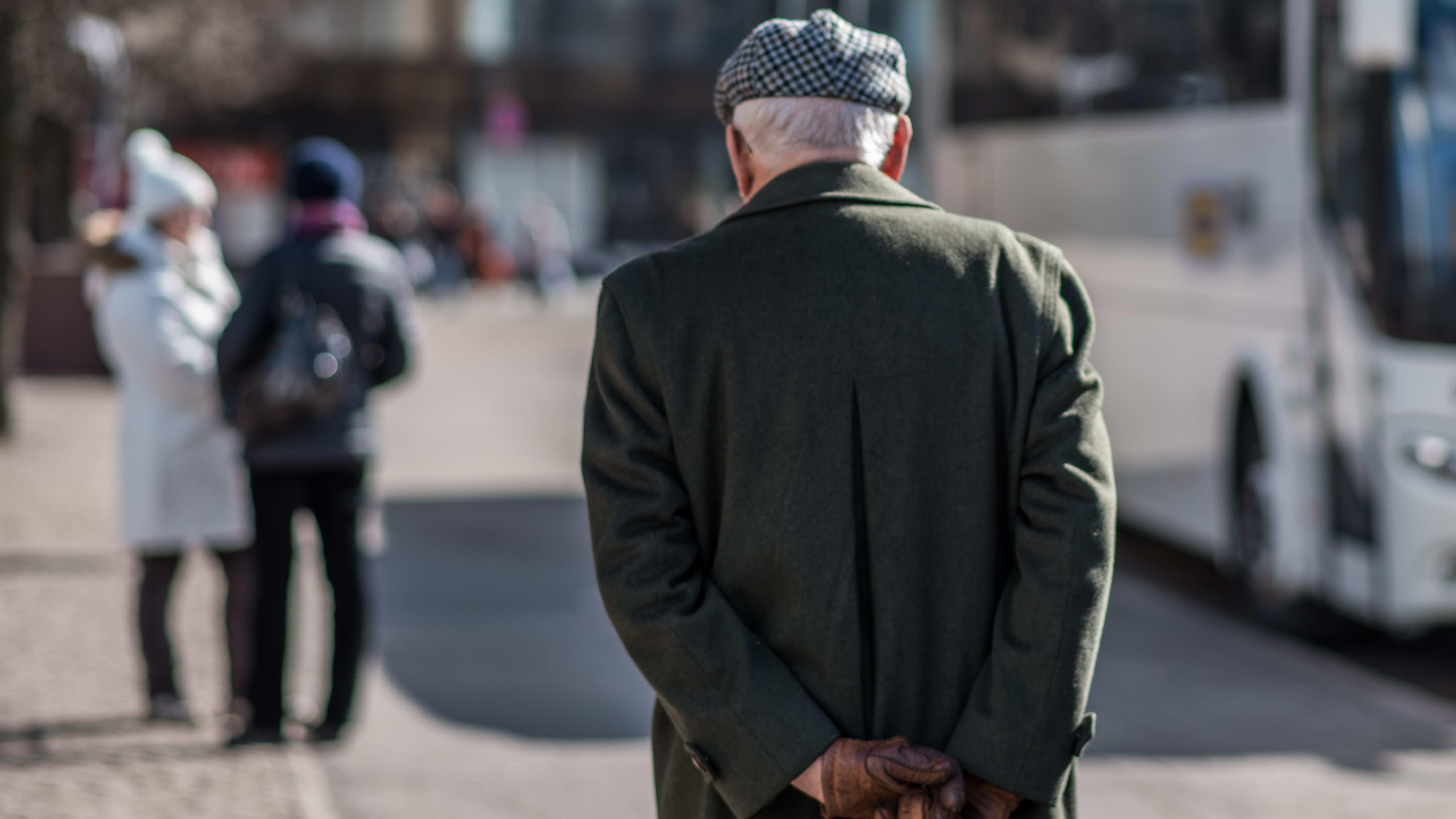 Vanhus kävelyllä kaupungilla