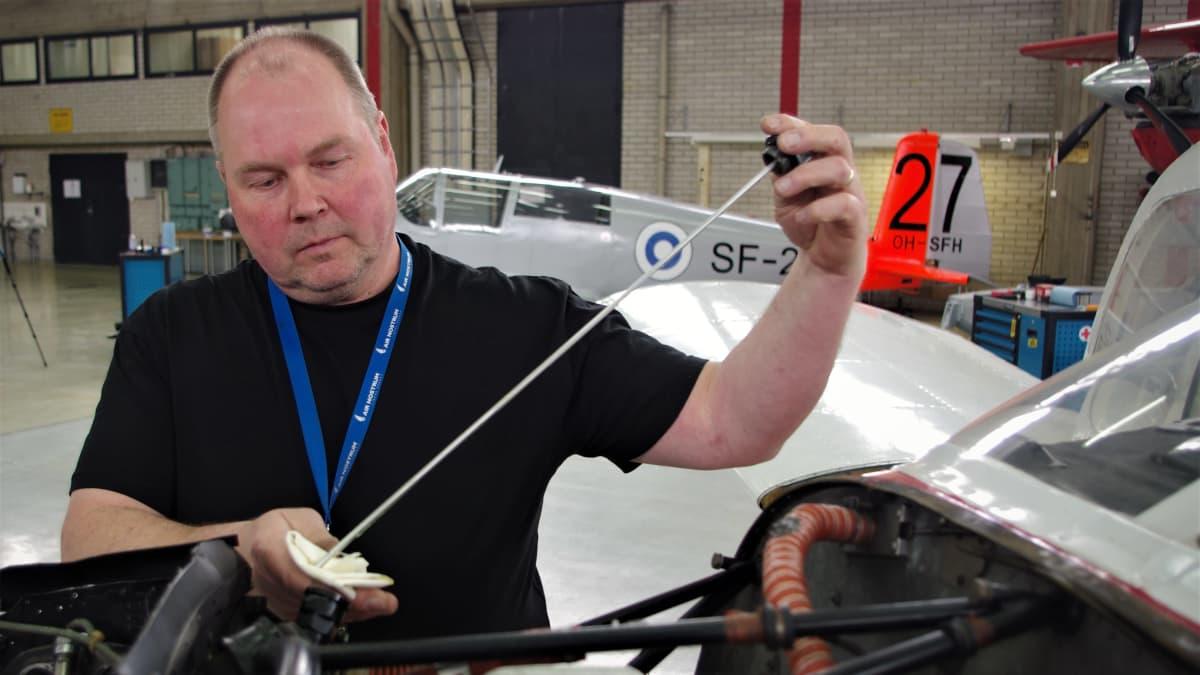 Petri Keinänen huoltaa lentokonetta