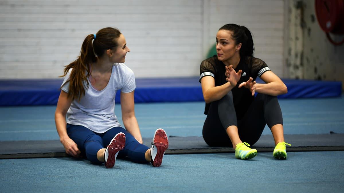 Miia Sillman och Maria Huntington diskuterar under ett träningspass.