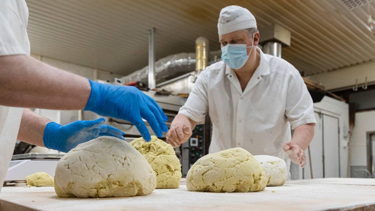 Leipurit tekemässä lepuskaa Rikkilän Leivän kotileipomolla Uus-Lavolassa.