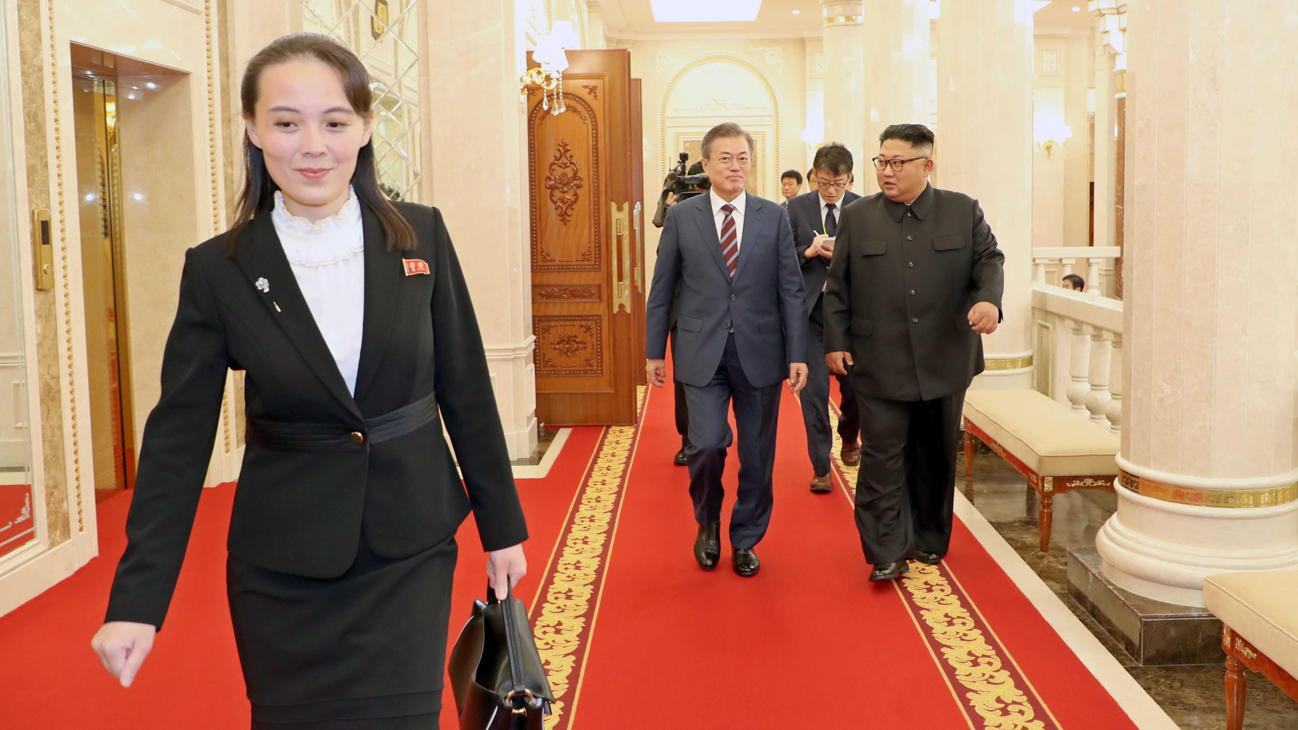 Kim Yo-jong (till vänster) i september 2018 under ett möte mellan Sydkoreas president Moon Jae-in och Nordkoreas ledare Kim Jong-un (båda i bakgrunden) i Pyongyang.