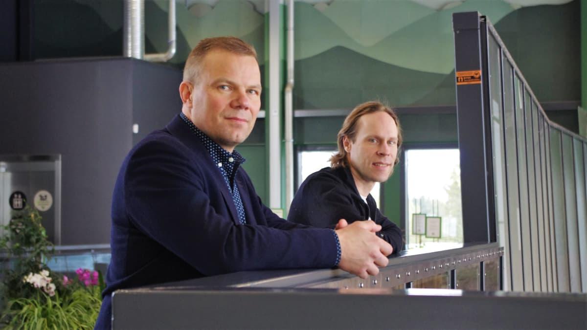 Ähtärin eläinpuiston toimitusjohtaja Jarmo Pienimäki ja intendentti Marko Haapakoski.